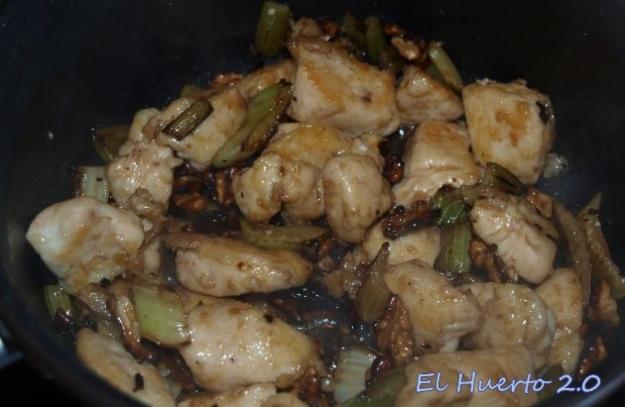 Pollo, apio y  nueces en la sartén
