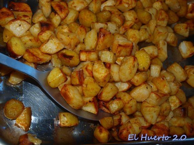 Sirviendo las patatas en la mesa
