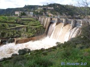 El río iba magnífico, vista de la ciudad al fondo desde la parte española
