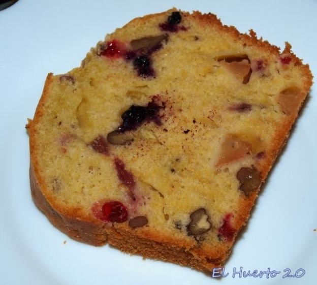 Plum cake de grosellas roja y negra, manzanas y nueces