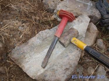 Tallando la canaleta de  piedra