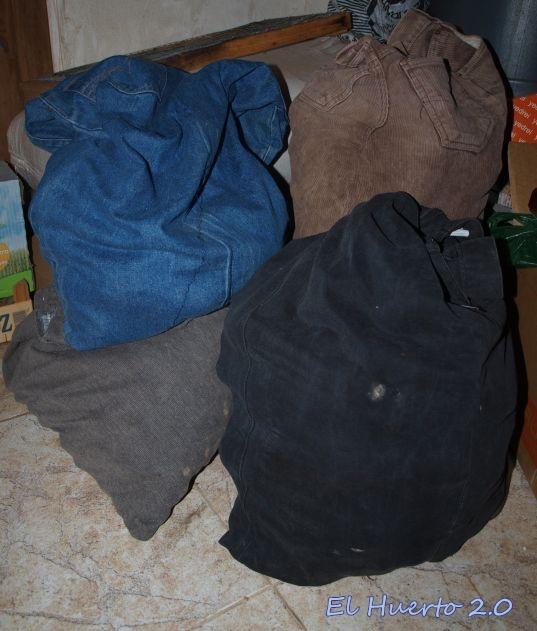 Pantalones reciclados en sacos de patatas