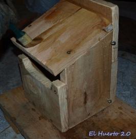 Dando cera en el exterior de la caja nido