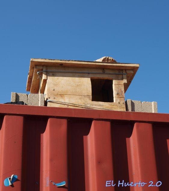 Caja en lo alto del contenedor