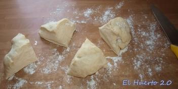 Porciones de masa antes de dar  forma al pan árabe