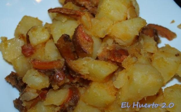 La salsa de las setas colorea las patatas