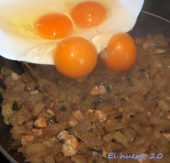 Incorporando los huevos al revuelto