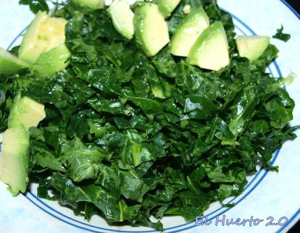 Hojas de kale  frotadas y maceradas en el limón